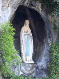La Vierge apparaît à Sainte Bernadette à Lourdes comme l'Immaculée Conception dans la grotte de Massabielle